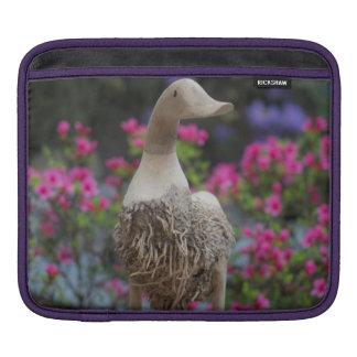 Hölzerne Ente mit Blumen iPad Sleeve