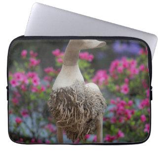 Hölzerne Ente mit Blumen Laptopschutzhülle