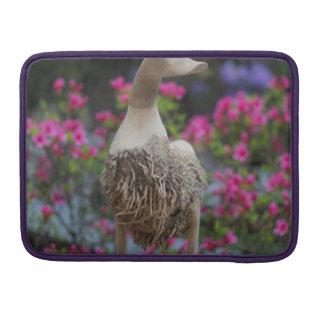 Hölzerne Ente mit Blumen MacBook Pro Sleeves