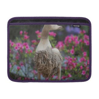 Hölzerne Ente mit Blumen MacBook Sleeve