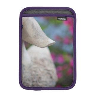 Hölzerner Entenkopf mit Blumen iPad Mini Sleeve