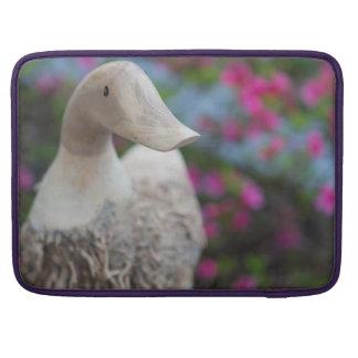 Hölzerner Entenkopf mit Blumen MacBook Pro Sleeve