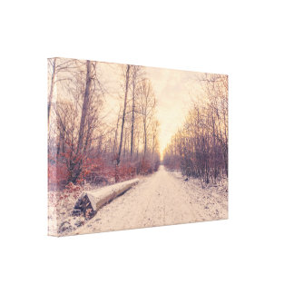 Hölzerner Klotz durch die Straße im Winter Leinwanddruck