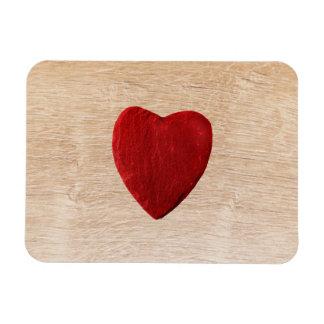 Holzhintergrund mit Herz Magnet