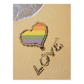 Homosexuelles Regenbogen-Liebe-Herz im Sand Postkarte