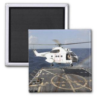 Hubschrauber landet an Bord des Quadratischer Magnet