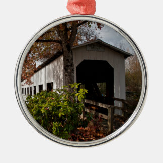 Hundertjährige bedeckte Brücke, Hütten-Waldung, Rundes Silberfarbenes Ornament