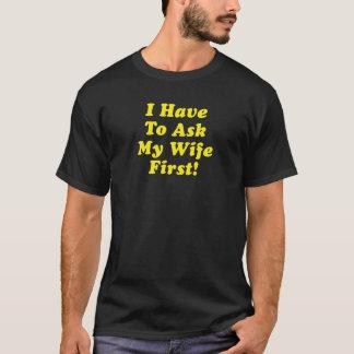 Ich muss meine Ehefrau zuerst fragen T-Shirt