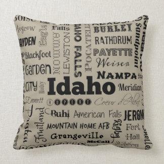 Idaho-Typografie-Wurfskissen im Taupe/im Grau Kissen