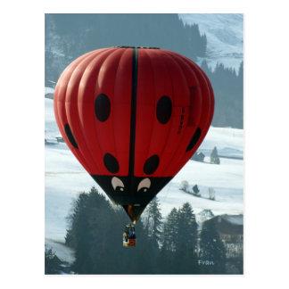 Im Ballon aufsteigen mit Damenwanze Postkarte