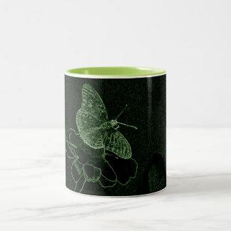 In der Blume rastet Schmetterling grünes Neon Zweifarbige Tasse