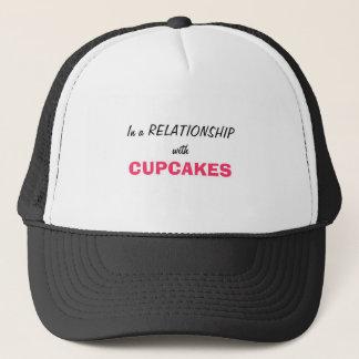 In einem Verhältnis zu den kleinen Kuchen Truckerkappe