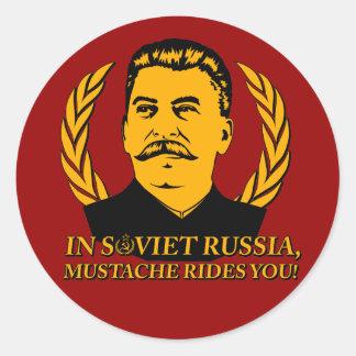 In Sowjetrussland reitet Schnurrbart Sie! Runder Aufkleber