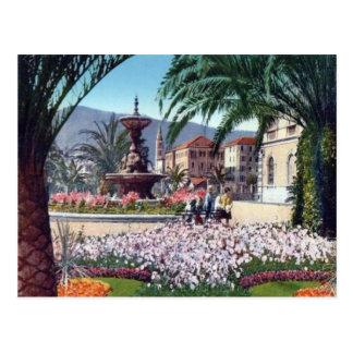 Italien, Alassio, Blumen runden den Brunnen Postkarten
