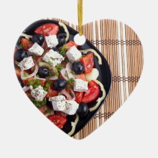 ITop Ansicht eines griechischen Salats mit Keramik Herz-Ornament