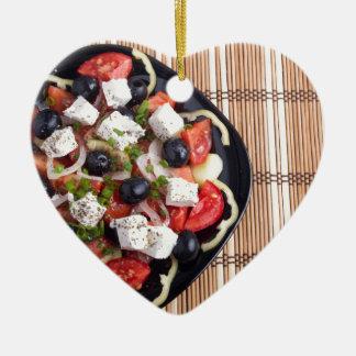 ITop Ansicht eines griechischen Salats mit Keramik Ornament