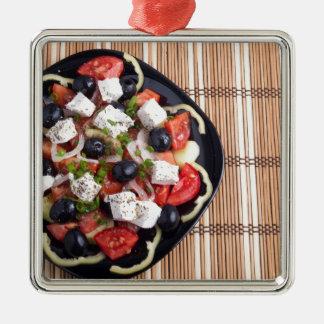 ITop Ansicht eines griechischen Salats mit Quadratisches Silberfarbenes Ornament