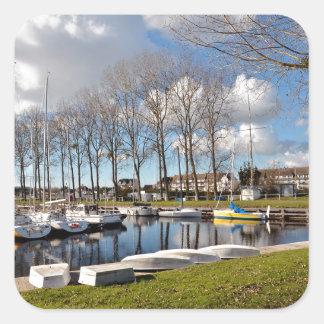 Jachthafen von Ouistreham in Frankreich Quadratischer Aufkleber