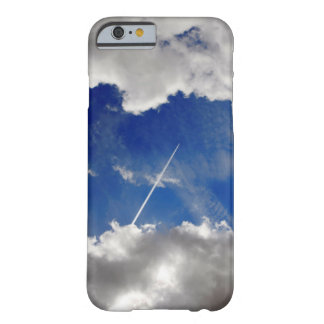 Jet-Flugzeugspuren zwischen zwei Wolken Barely There iPhone 6 Hülle