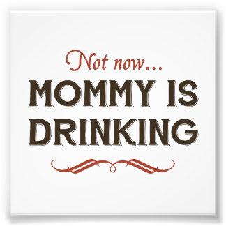 Jetzt jetzt, trinkt Mama Kunstfoto