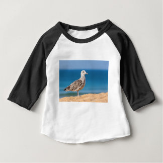 Junge braune Seemöwe auf Strand mit sea.JPG Baby T-shirt