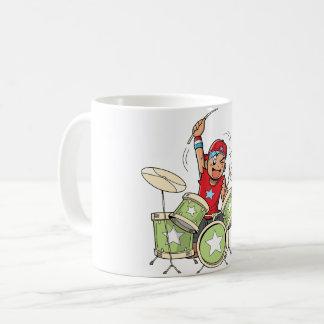 Junge, der Trommel-Tasse spielt Tasse