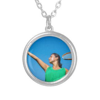 Junge niederländische Frau mit Tennisschläger und Halskette Mit Rundem Anhänger
