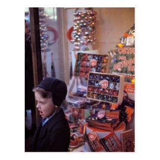 Junge vor früher Vierzigerjahre Weihnachtsanzeige Postkarte