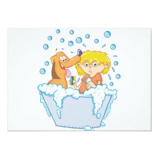 Junge waschende Hundeeinladungen Karte