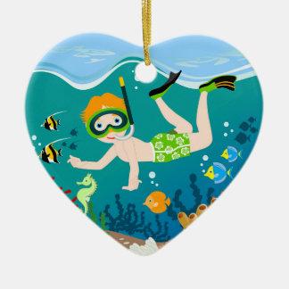 Jungenschwimmer hat ein Geburtstags-Party Keramik Herz-Ornament
