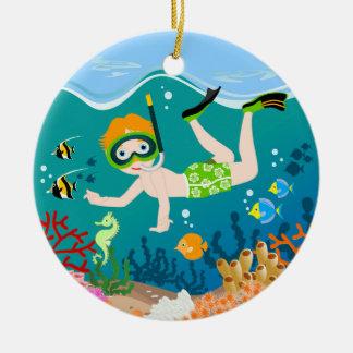 Jungenschwimmer hat ein Geburtstags-Party Rundes Keramik Ornament