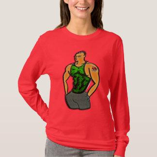 Junger Mann mit Herz-und Anker-Tätowierung T-Shirt