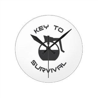 Kaffee-Schlüssel zum Überleben Runde Wanduhr