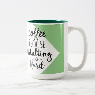 Kaffee, weil Adulting stark | schicke Typografie Zweifarbige Tasse