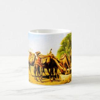 Kamele, die an einer Oase trinken Tasse