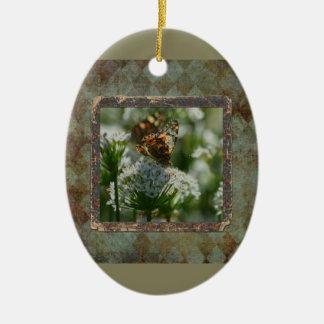 Kapitän-Motte auf Schnittlauch-Blumen, rustikaler Keramik Ornament