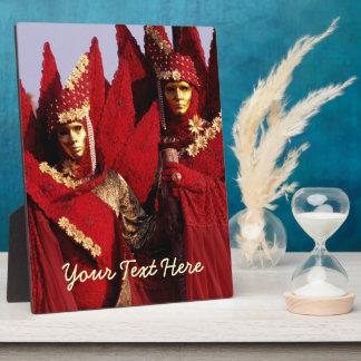 Karnevals-Charaktere in den roten Kostümen Fotoplatte