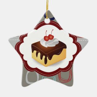 Kastanienbrauner/grauer Kuchen mit Kirschen Keramik Stern-Ornament