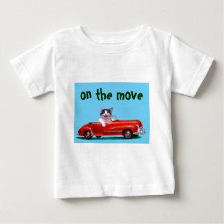 Kätzchen in einem roten Kabriolett Baby T-shirt