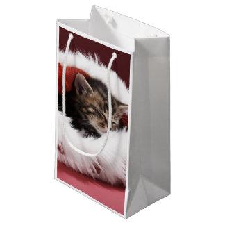 Kätzchen schlafend im Weihnachtshut Kleine Geschenktüte