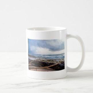Kauai-Strand mit Treibholz Tasse