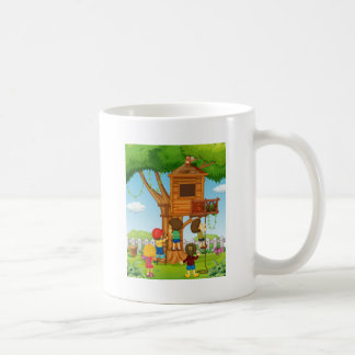 Kinder, die auf dem Baumhaus spielen Tasse