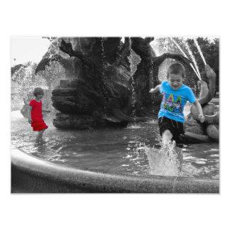 Kinder, die im Spritzenplakat des Brunnens | Fotodruck