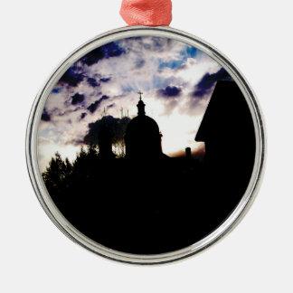 Kirche an der Dämmerung Rundes Silberfarbenes Ornament
