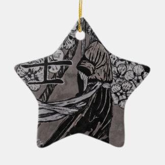 Kirschblüten-Krieger durch Carter L Schäfer Keramik Stern-Ornament