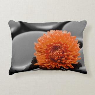 Kissen orangee Blume Natur Deko Kissen