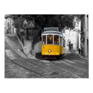 Klassische gelbe Tram in Lissabon Postkarte