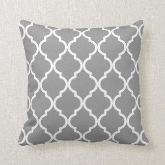 Klassisches Quatrefoil Muster-Grau und Weiß Kissen