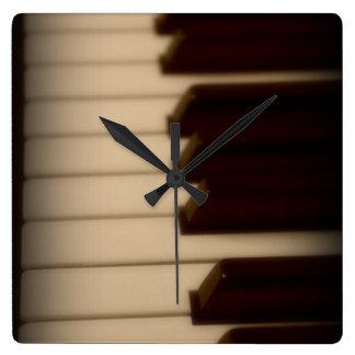Klavier befestigt quadratische Uhr