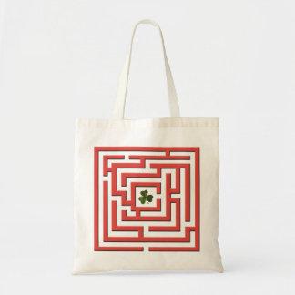 Kleeblatt in der roten Labyrinth-Herausforderung Tragetasche